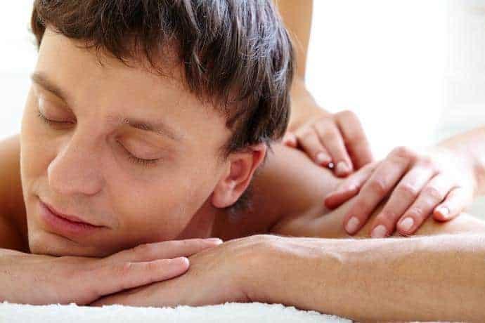 Shoulder und Rücken Massagetechniken bei ein Man